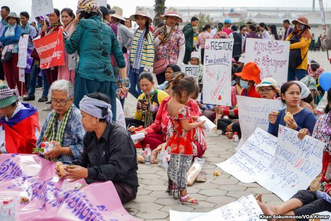 Les Cambodgiens se rassemblent pour participer au 70ème anniversaire de la Déclaration universelle des droits de l'homme, Phnom Penh, Cambodge, le 10 décembre 2018.  Photographie par Khan Sokummono