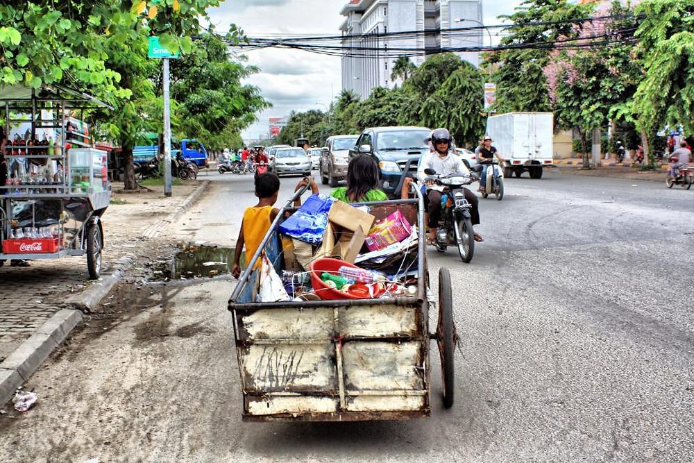 Chiffonniers dans les rues de Phnom Penh. Photographie par Christophe Gargiulo
