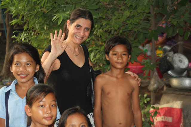 Ermine Norodom avec quelques enfants du programme Shanty Town