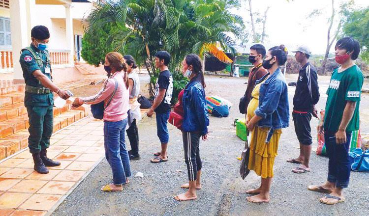 Les travailleurs de retour de Thaïlande mis en quarantaine après leur arrivée au Cambodge