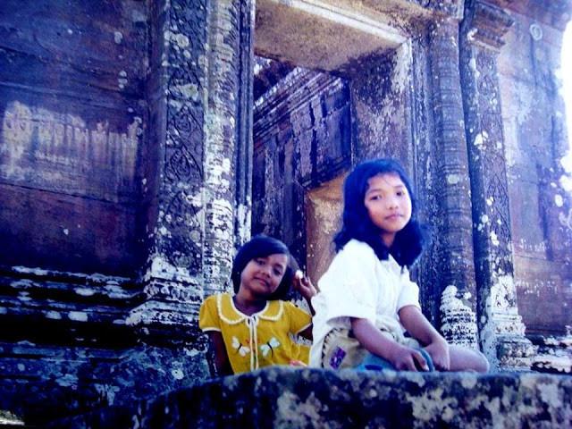 Des fillettes assise sur les marches du temple.