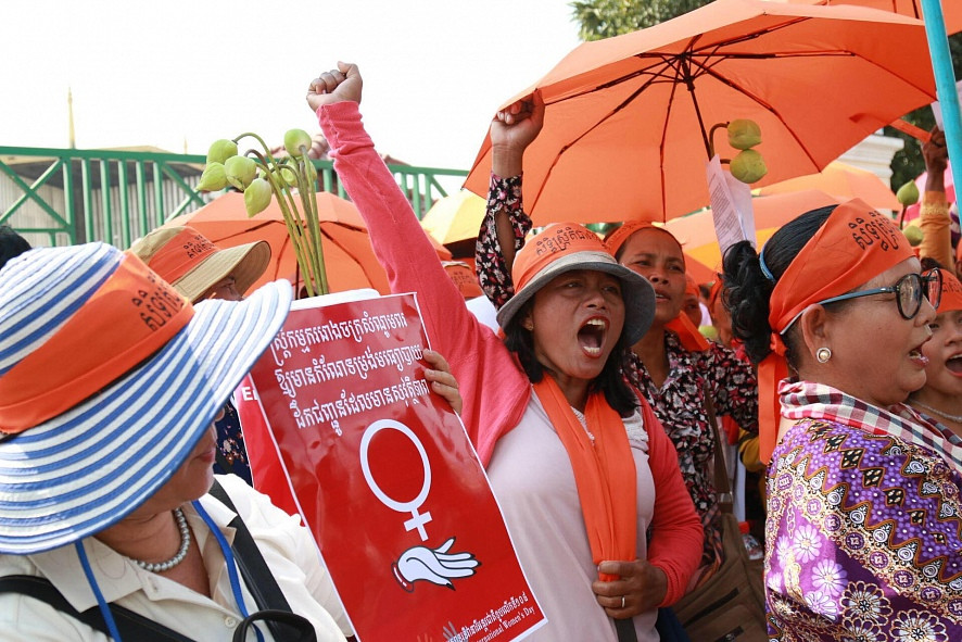 Des panneaux et des parapluies lors de la célébration de la Journée internationale de la femme à Phnom Penh