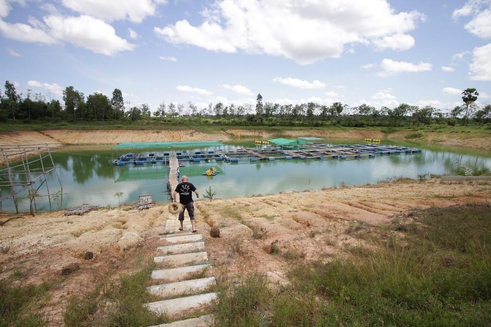 Hannes Schmidt nous guidant dans son bassin d'élevage de poisson