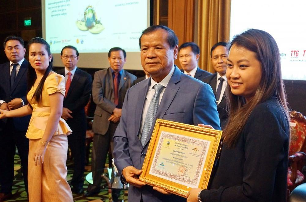 Dr Thong Khon, Ministre du tourisme, récompense les participants du premier Travel Mart