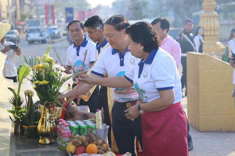 La cérémonie s'est déroulée sous la présidence duGouverneur de la province de Sihanouk, HE Yun Min et son épouse