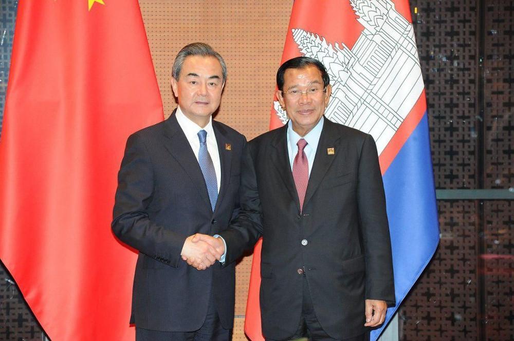 Le ministre chinois Wang Yi et le Premier ministre du Cambodge, Hun Sen