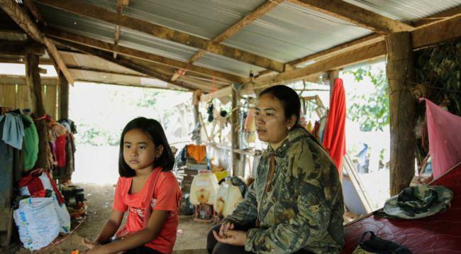 Soki Nita, assise avec sa mère, Ty Linda, 27 ans, se rend tous les jours chez son professeur