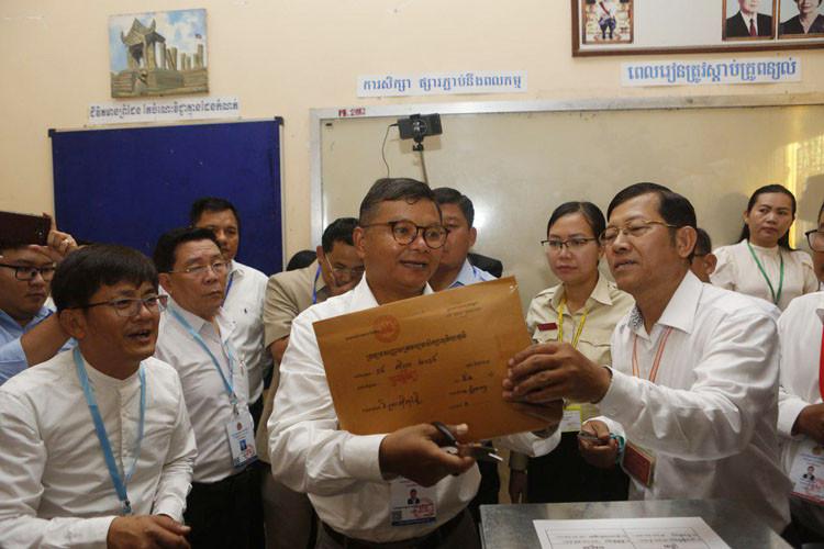 ouvert l'enveloppe contenant les sujets d'examen au lycée Preah Sisowath