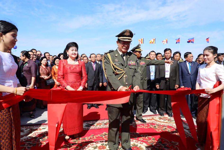 Le Premier ministre Hun Sen et son épouse lors de l'inauguration du mémorial Gagnant-gagnant