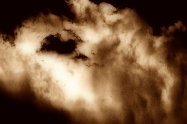 Les nuages de mousson en fin d'après-midi donnent toujours des reliefs et couleurs assez étonnants. Retravaillés en sépia avec un filtre Orion, les nuages de Phnom Penh deviennent alors une espèce de faux brasier . Photos par Christophe Gargiulo / KiamProd Photography
