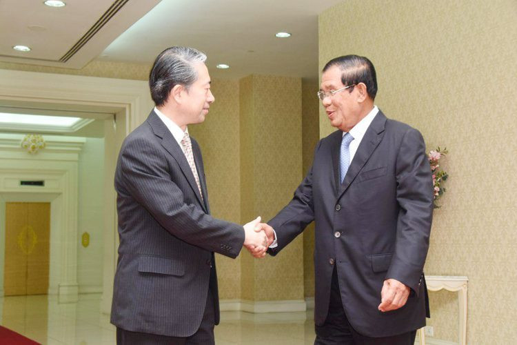 L'ambassadeur sortant chinois au Cambodge, Xiong Bo (gauche, photo 1), prend congé au Premier ministre cambodgien, Samdech Akka Moha Sena Padei Techo Hun Sèn, au Palais de la Paix, à Phnom Penh, ce matin