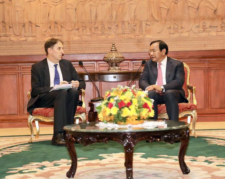 L'ambassadeur sortant de l'Union européenne (UE), George Edgar, a fait ses adieux hier au ministre des Affaires étrangères, Prak Sokhonn