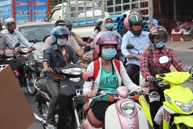 """Mâm Bunheng, ministre de la Santé, a déclaré qu'il n'y avait aucun cas confirmé de syndrome respiratoire du Moyen-Orient (MERS) au Cambodge, mais que la vigilance devrait être renforcée. """"Même si le Cambodge n'a trouvé aucun cas de MERS, le ministre a déclaré porter une attention toute particulière à la prévention de cette maladie. """"Nous avons envoyé nos officiels mobiles de santé à l'aéroport international de Phnom Penh, à l'aéroport international de Siem Reap, à la porte-frontière internationale de Poïpet dans la province de Banteay Meanchey (limitrophe de la Thaïlande), et à la porte-frontière internationale de Bavet dans la province de Svay Rieng (limitrophe du Vietnam)"""", a fait savoir Mâm Bunheng, ajoutant que des formulaires de déclaration de santé sont également distribués à tous les passagers. A noter que le syndrome respiratoire du Moyen-Orient est une maladie virale des voies respiratoires causée par un nouveau coronavirus (MERS-CoV) qui a été identifiée pour la première fois en Arabie saoudite en 2012. Les Coronavirus sont une famille de virus qui peuvent causer des maladies allant du simple rhume au syndrome respiratoire aigu sévère (SRAS)."""