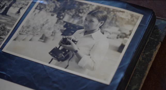 Une photo de Ros Sopheap, directrice exécutive de Gender and Development for Cambodia (GADC), dans sa jeunesse, de la fin des années 1980 aux années 2000, tirée de son album personnel, à Phnom Penh, le 6 juillet 2021. (Khan Sokummono/VOA Khmer)