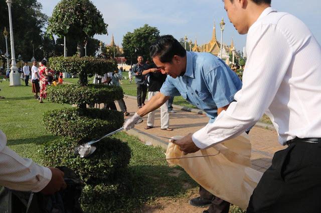 Son Excellence Khuong Sreng, gouverneur de Phnom Penh, devant le palais royal lors d'une opération de nettoyage des abords du monument