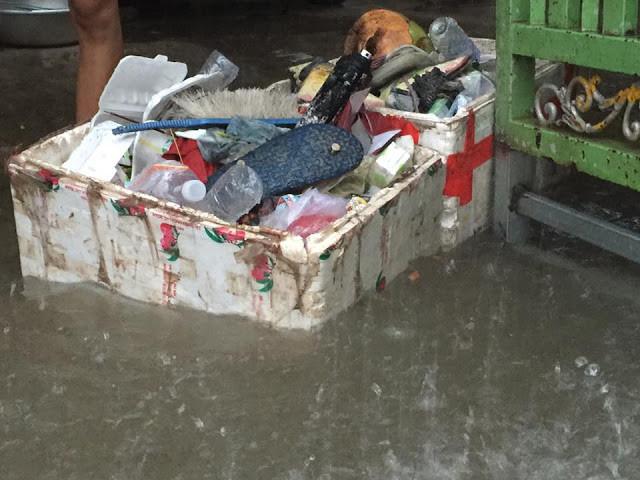 Dans les quartiers peuplés, les ordures sont vite emportées par le courant