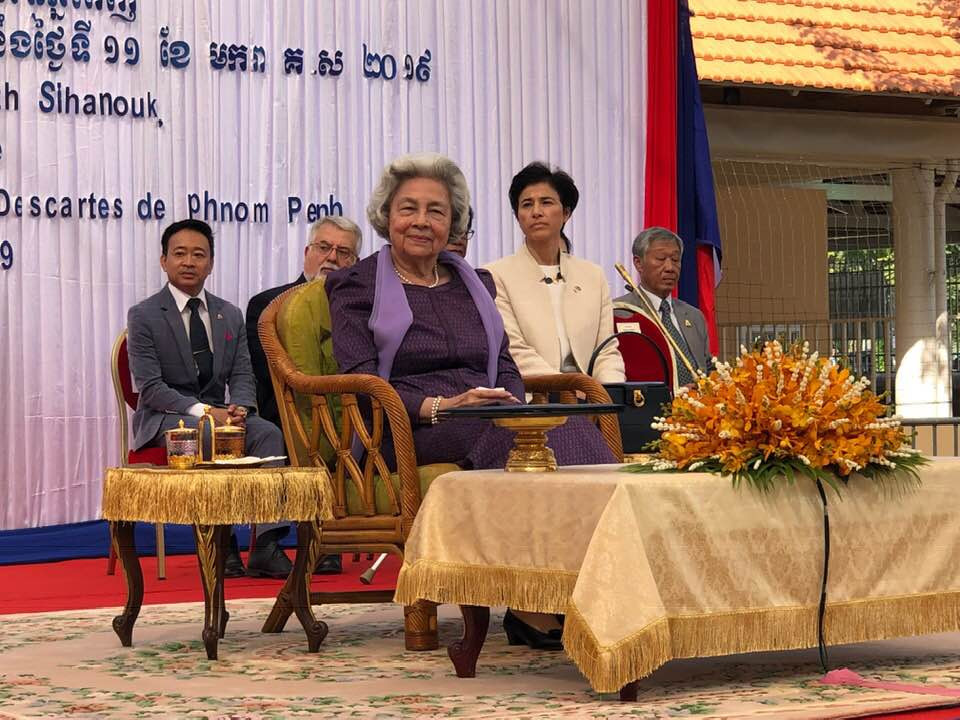 La Reine mère Monineath Sihanouk en visite au lycée Descartes. Photographie Royal du Cambodge