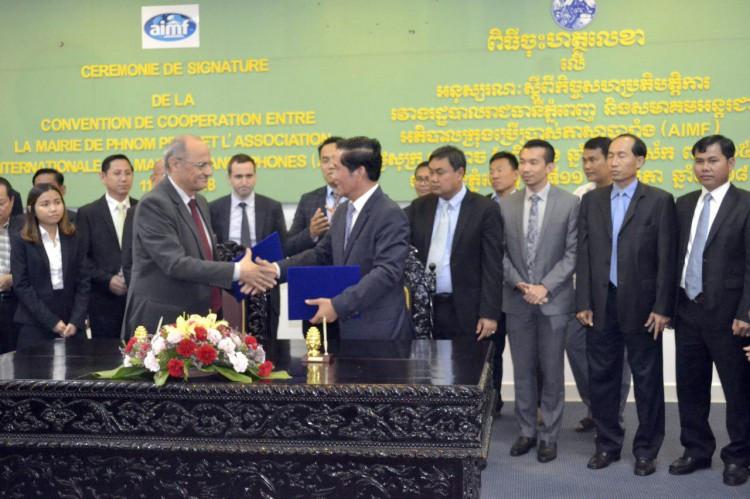 Le gouverneur de la Municipalité de Phnom Penh, Khuong Sreng et Pierre Baillet, secrétaire permanent de l'Association internationale des maires francophones (AIMF), ont signé vendredi dernier une Convention de coopération entre la mairie de Phnom Penh et l'AIMF.