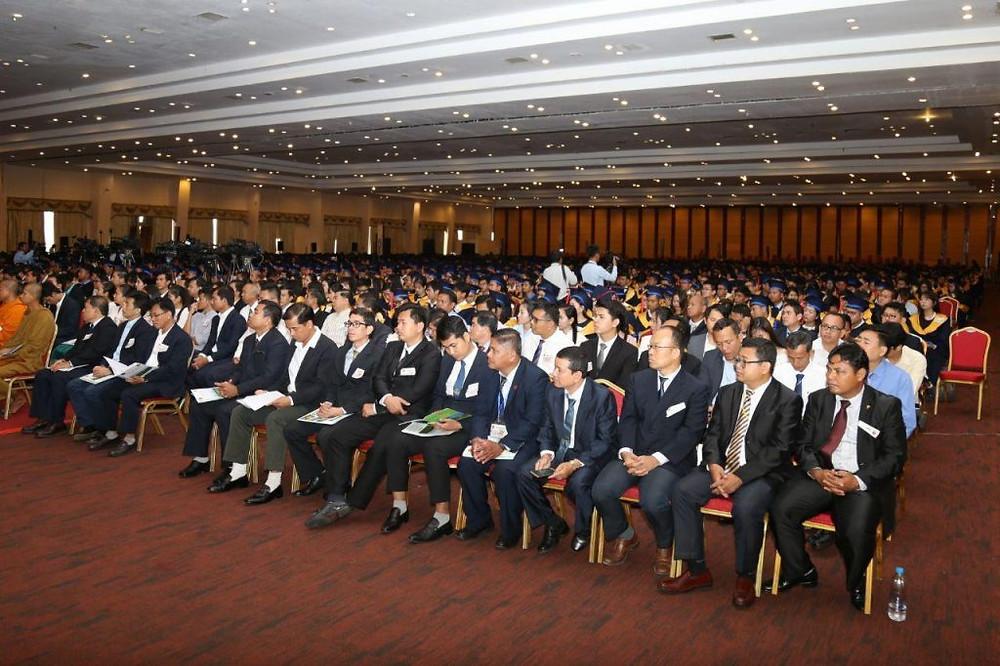 cérémonie de remise des diplômes de l'Université royale de Phnom Penh à Koh Pich