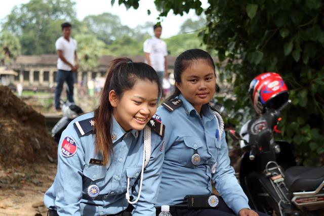 Insolite : Police de charme à Angkor