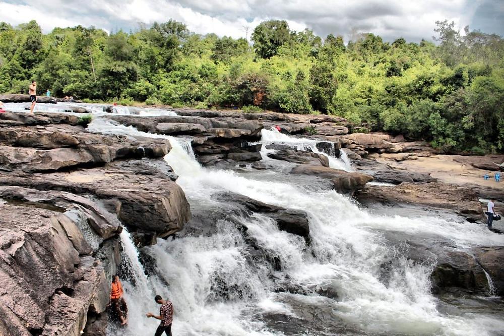 Certaines des activités les plus populaires incluent des excursions dans les cascades et les forêts de mangroves, des excursions en bateau vers l'île de Koh Kong, des randonnées dans la jungle vers la cascade de Tatai ou du kayak sur les rivières pittoresques des Cardamomes. Cascades Les cascades de Tatai sont les chutes les plus proches de la ville. Compter environ 30 minutes de route pour rejoindre la rivière Tatai, à 18 km à l'est de la ville. La cascade de Tatai est une chute d'eau située au milieu d'une petite jungle bordant la rivière. Il est possible de rejoindre celle-ci par bateau depuis le pont Phum Daung à 20 minutes de route du centre-ville. Le voyage est très agréable. Il est possible d'admirer des paysages abondants de verdure le long du chemin. Le trajet en bateau depuis le pont dure à peine une vingtaine de minutes.