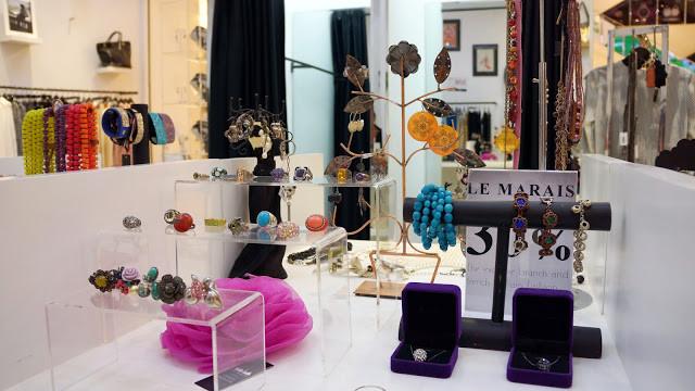 Assortiments de bijoux à la boutique Le Marais Paris Fashion