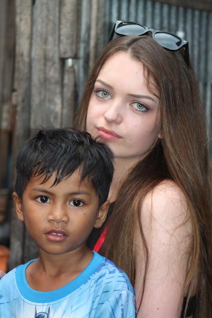 Marion une des volontaires de CGF avec  l'un des enfants du programme Shanty Town