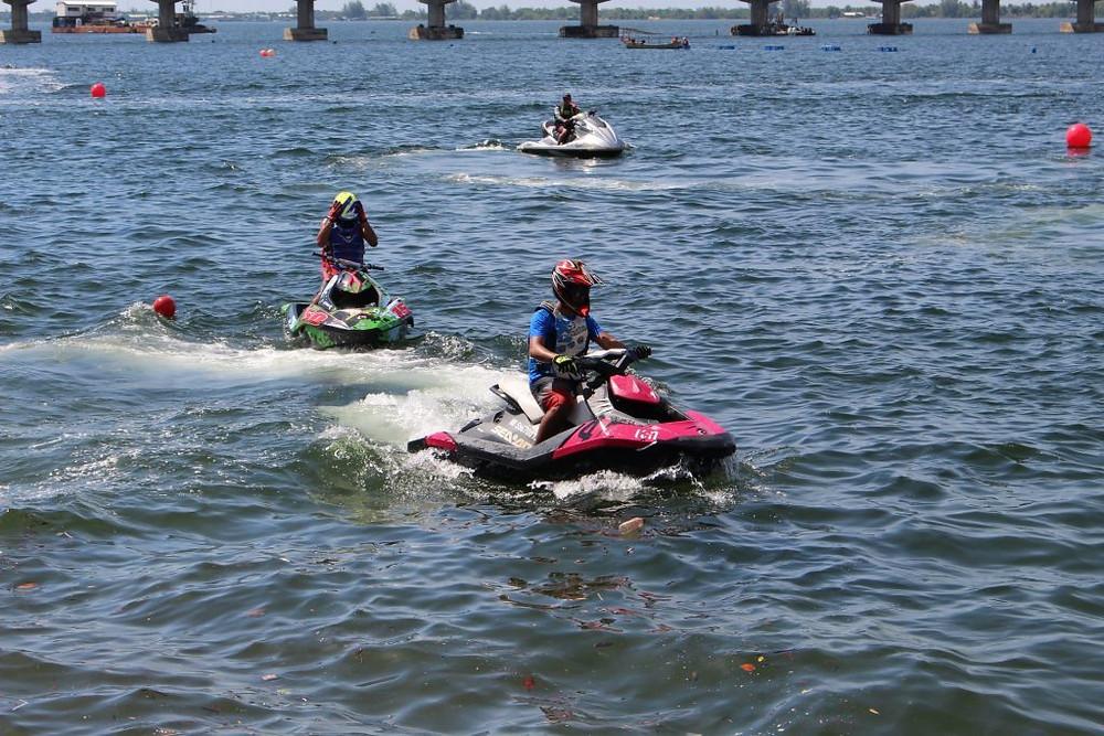 Sports nautiques sur le littoral dans la ville de Koh Kong