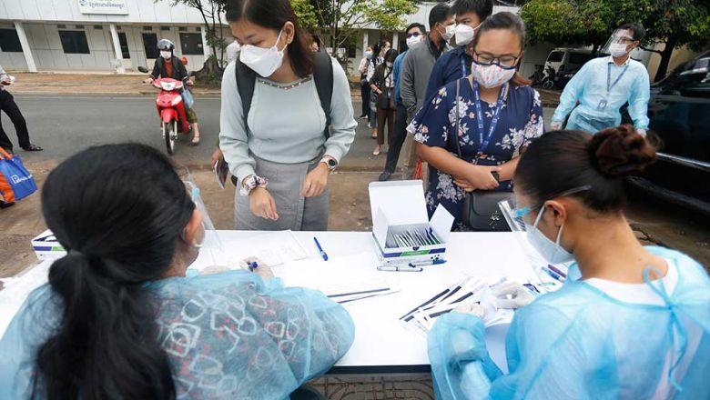 Des employés passent des tests Covid-19 avant de commencer à travailler dans le district de Daun Penh à Phnom Penh, lundi. Photo Heng Chivoan