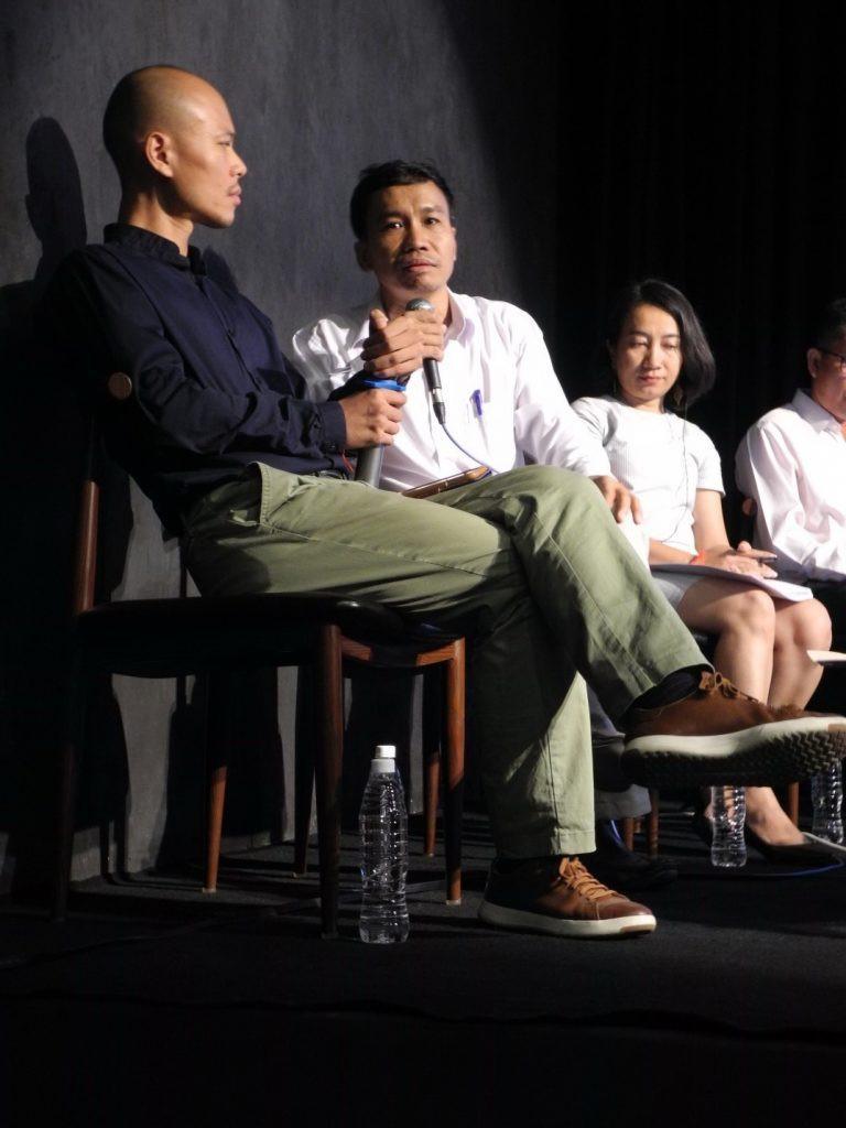 A partir de la gauche, Jean-Baptiste Phou, Phoeung Kompheak et So Phina