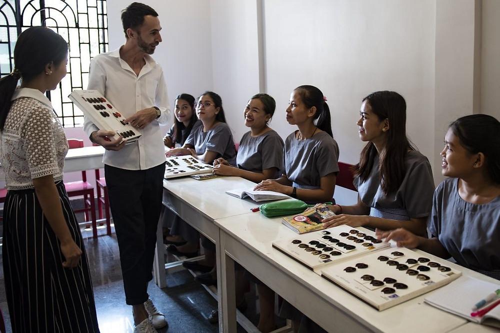 Michel, donnant un cours aux étudiantes