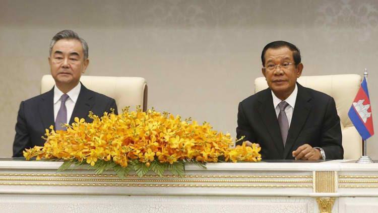 Le Premier ministre Hun Sen et le ministre chinois des Affaires étrangères Wang Yi