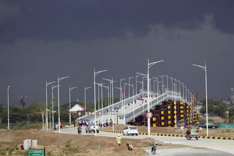 Le pont Bailey, traversant le Tonle Sap et reliant l'arrondissement Chroy Changvar à la Nationale 5