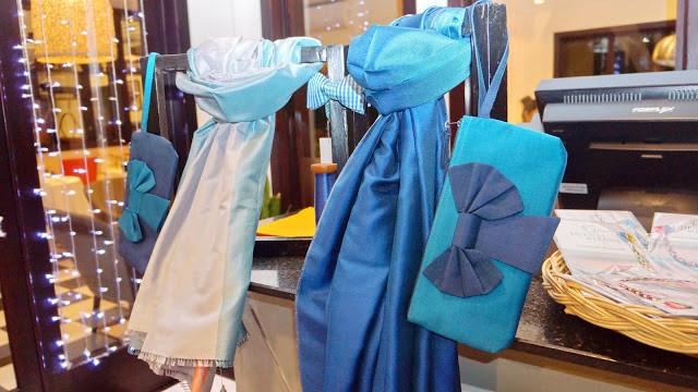 Une belle collection comprenant foulards, bijoux et accessoires,  idéale pour les cadeaux de fin d'année