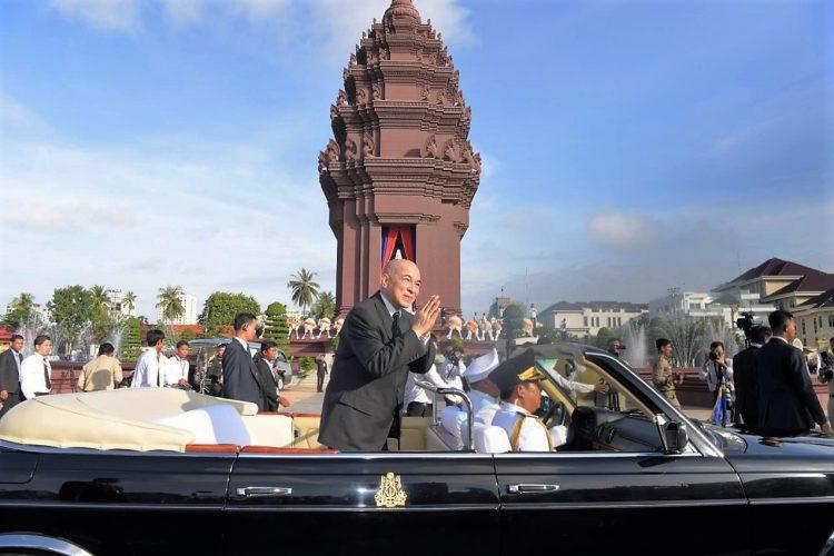 Sa Majesté le Roi Norodom Sihamoni devant le monument de l'indépendance