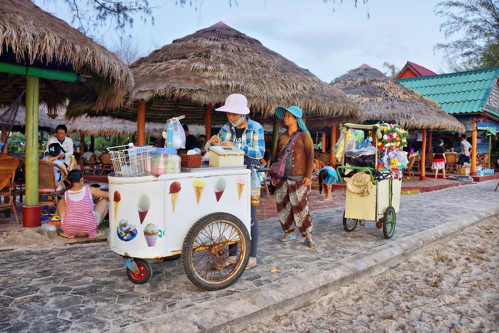 Vendeuses de glaces à Sihanoukville. Autrefois villégiature tranquille, la ville côtière connait actuellement un développement spectaculaire alimenté par les touristes et investisseurs chinois.