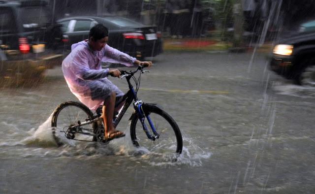 Cycliste sous la pluie. Photographie par Alex Drainville (cc)