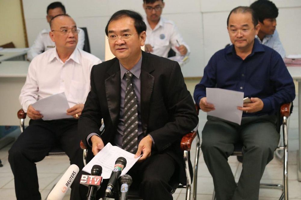 Au centre : Dim Sovannarom, porte-parole du Comité national électoral