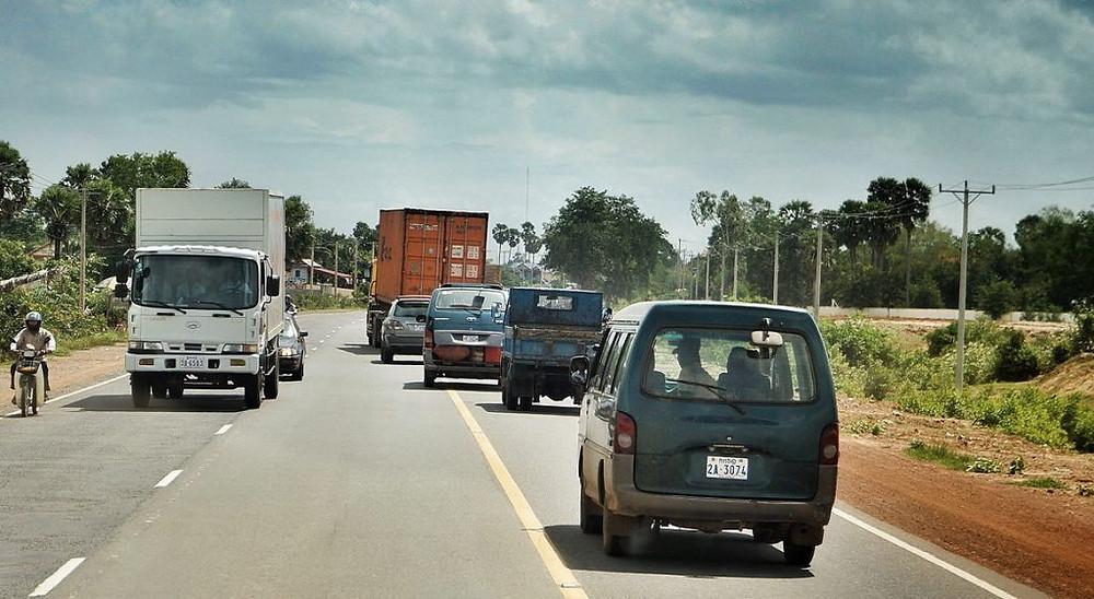 La route actuelle conduisant vers Sihanoukville. Photographie ND Strupler (cc)