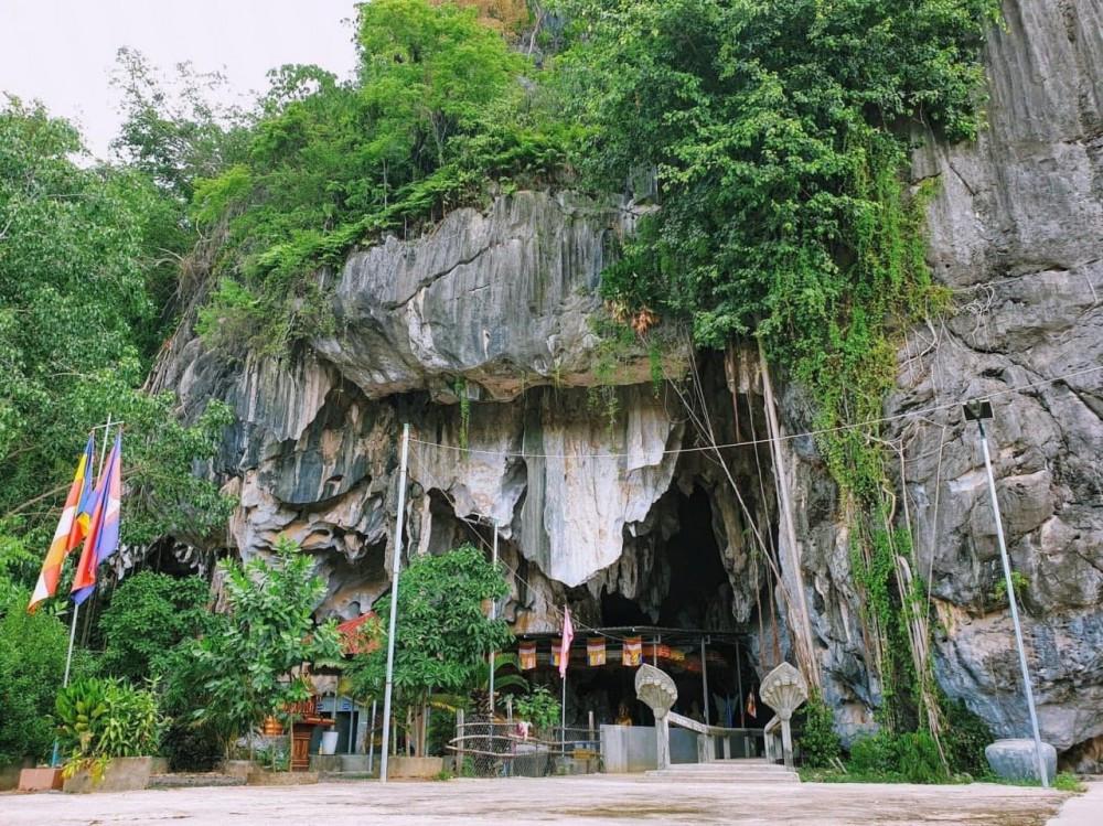 Phnom Preah Kuhear Luong (grotte de Luong) dans la province de Kampot