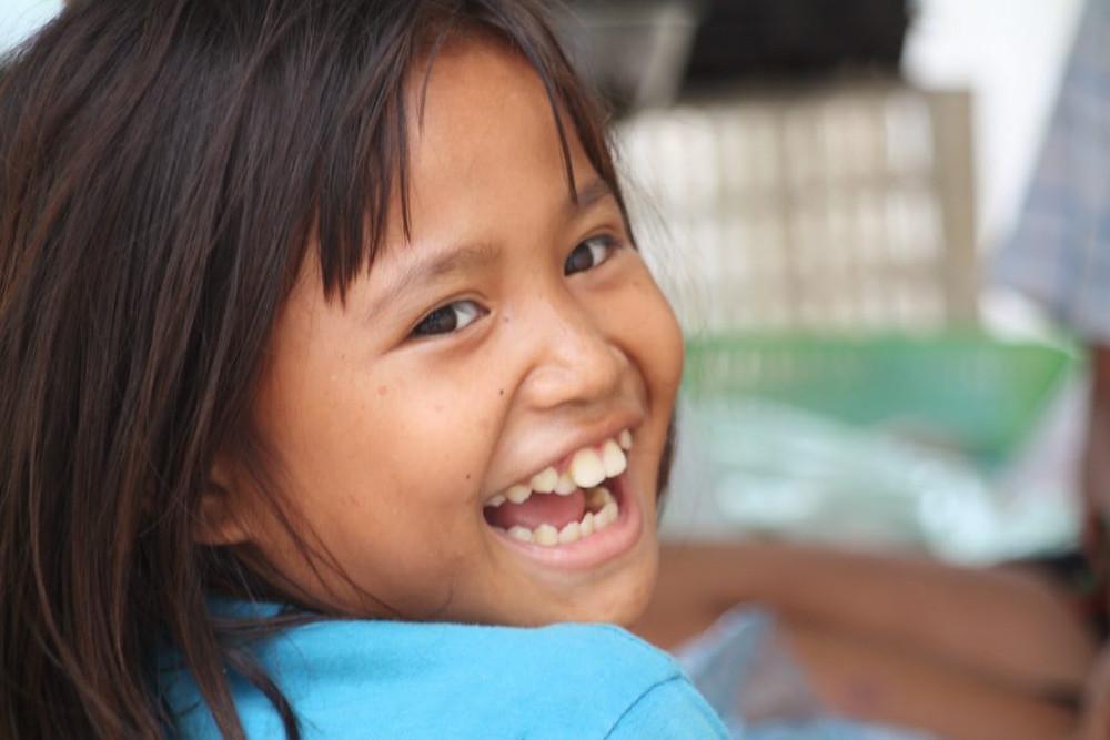 Pris sur le vif, quelques clichés d'une petite khmère qui, en l'absence de sa maman, garde le stand de boucherie ambulant vers la rue 430. L'occasion évidente de souhaiter un bon week-end à nos lecteurs avec un joli sourire.