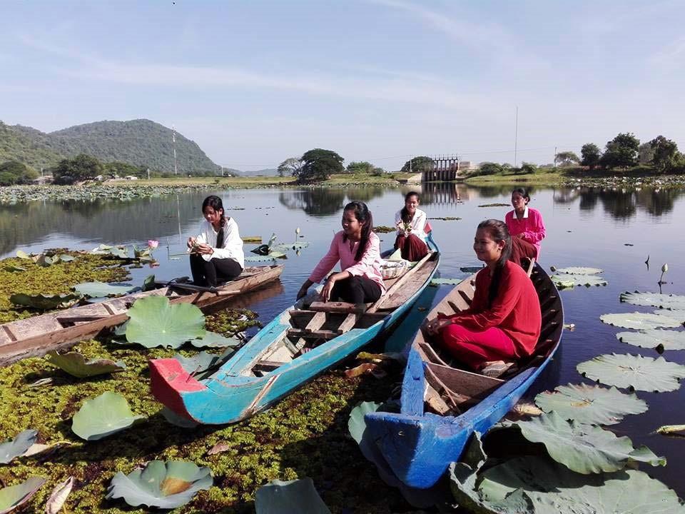 Cueillette sur le lac spectaculaire de Kamping Poy