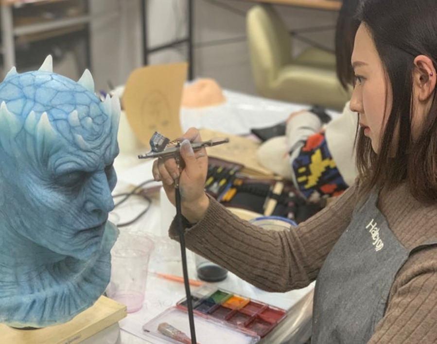 l'artiste Yun Inzi au travail