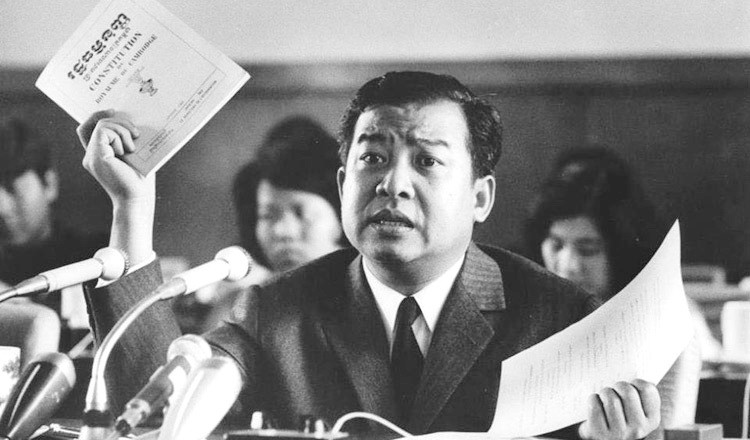 Le prince Sihanouk tenant le texte de la constitution du Cambodge