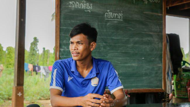 Tak Saroum, 25 ans, enseigne aux élèves de 5e année de l'école primaire Sre Andong Pi