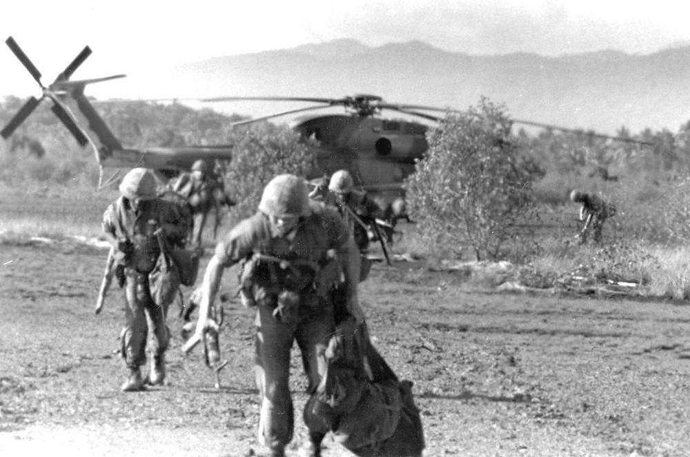 les Marines américains fuient l'hélicoptère CH-53 qui les a posés sur l'île de Koh Tang