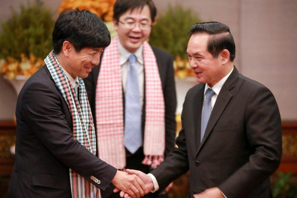 Le gouverneur de Siem Reap, Khim Bunsong (droite), a rencontré ce dimanche Kazuyuki Nakane (gauche)