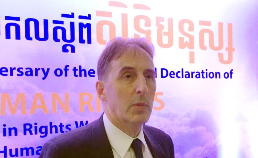 L'ambassadeur de l'Union européenne au Cambodge, George Edgar, s'adressant à la presse lors du 70e anniversaire de la Déclaration universelle des droits de l'homme à l'Institut de technologie du Cambodge, à Phnom Penh