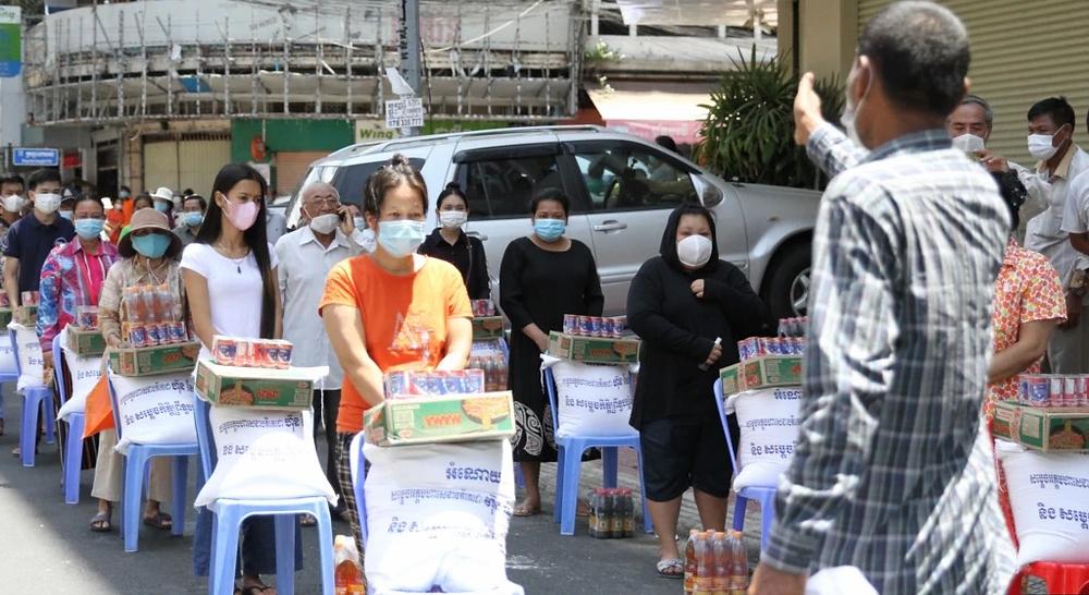 Les autorités fournissent des aliments essentiels aux habitants de la commune de Psar Kandal I pendant le verrouillage