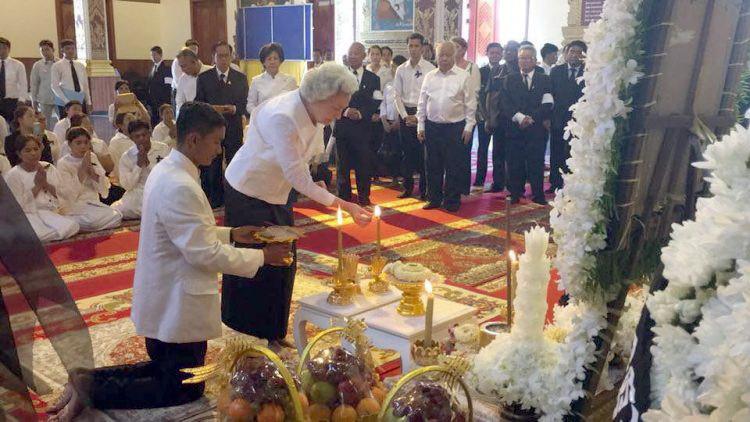 La Reine-Mère rend hommage à la défunte épouse du prince Norodom Ranariddh